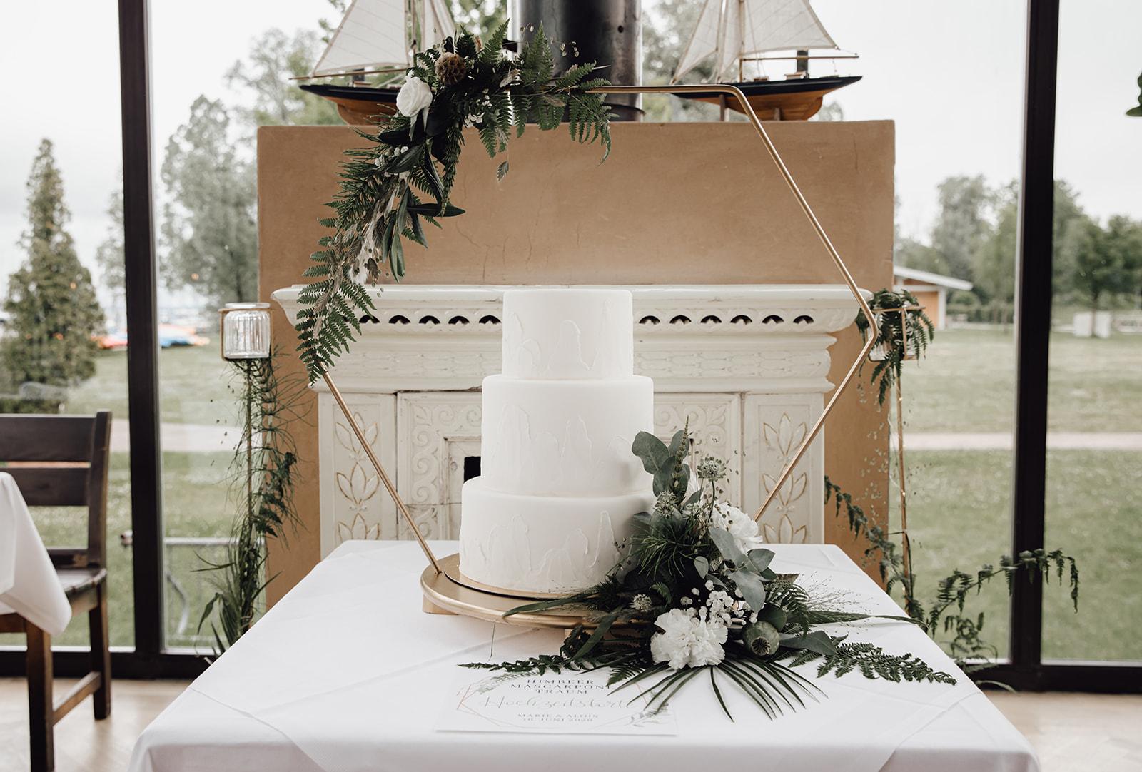 HeimArt Design Papeterie Chiemsee Hochzeit Greenery Wedding Tischdekoration Teller Menükarten Tischkarten Gastgeschenke Brauttisch Hochzeitstorte