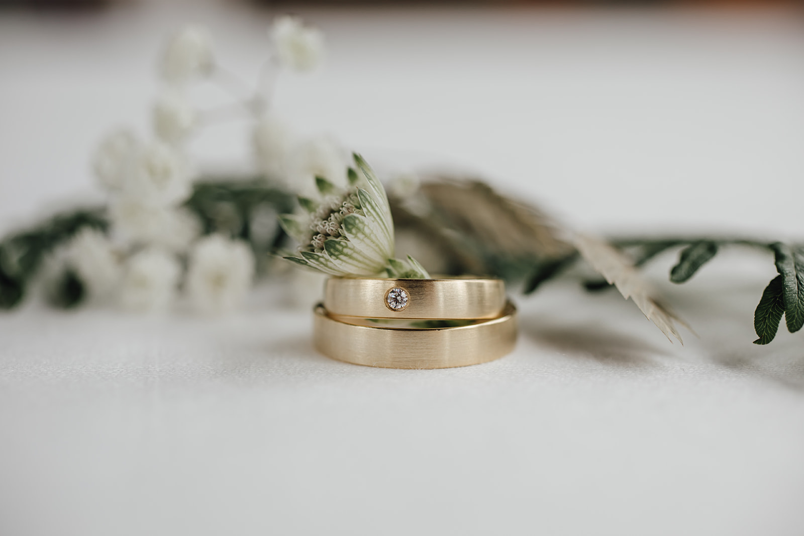 HeimArt Design Papeterie Chiemsee Hochzeit Greenery Wedding Brautpaar Tracht Ringe