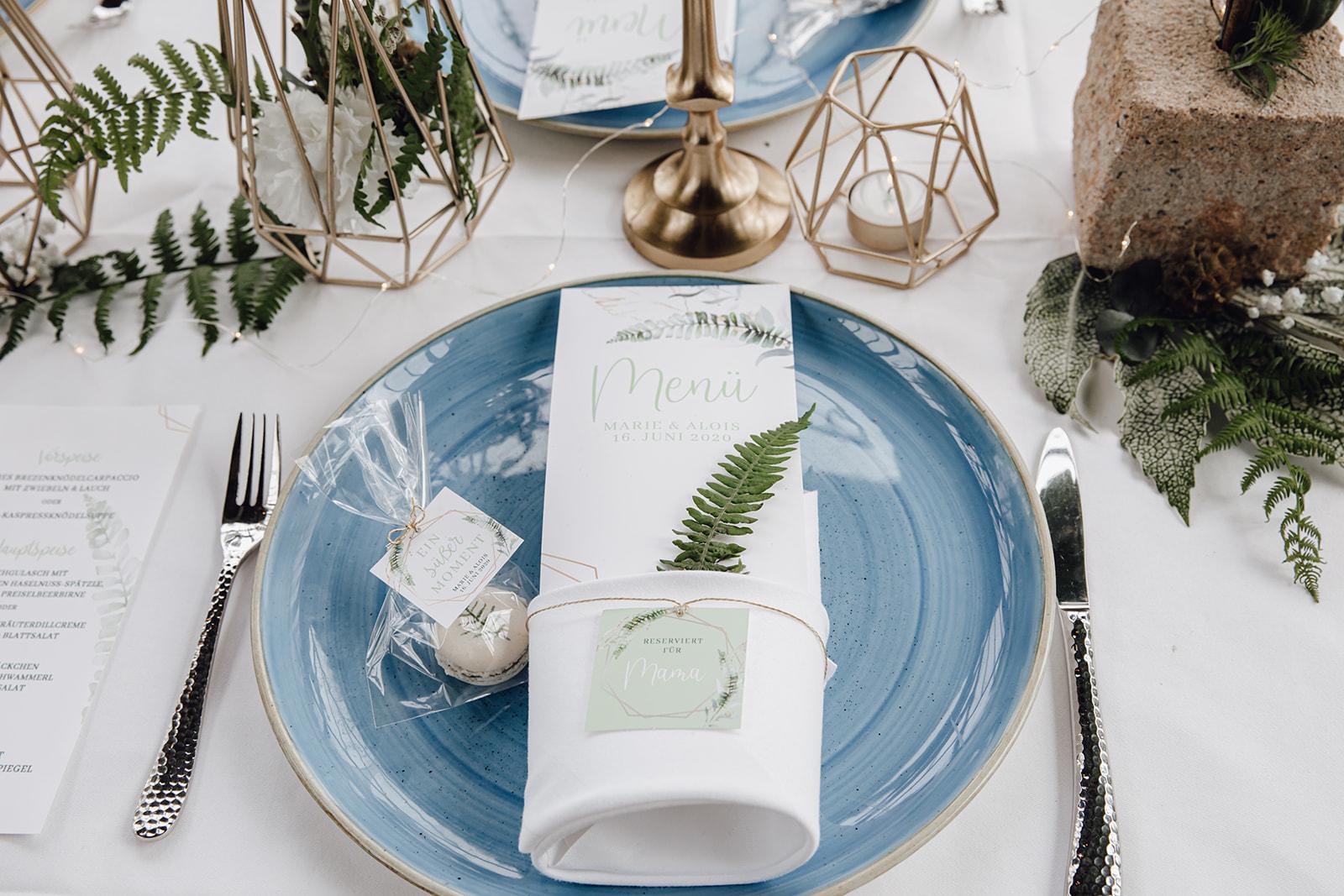 HeimArt Design Papeterie Chiemsee Hochzeit Greenery Wedding Macaron Tischdekoration Teller Menükarten Tischkarten Gastgeschenke