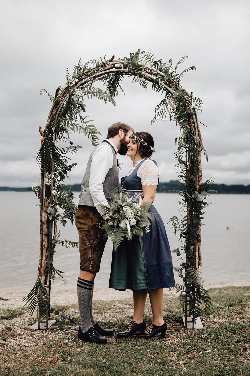 HeimArt Design Papeterie Chiemsee Hochzeit Greenery Wedding Brautpaar Tracht Hochzeitsbogen