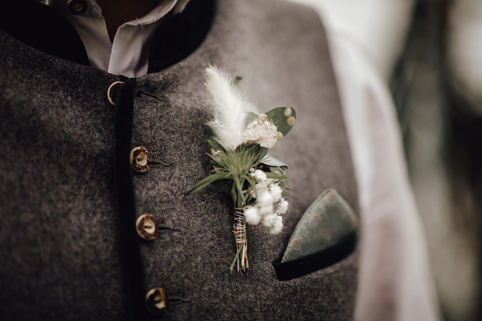 HeimArt Design Papeterie Chiemsee Hochzeit Greenery Wedding Brautpaar Tracht Anstecker