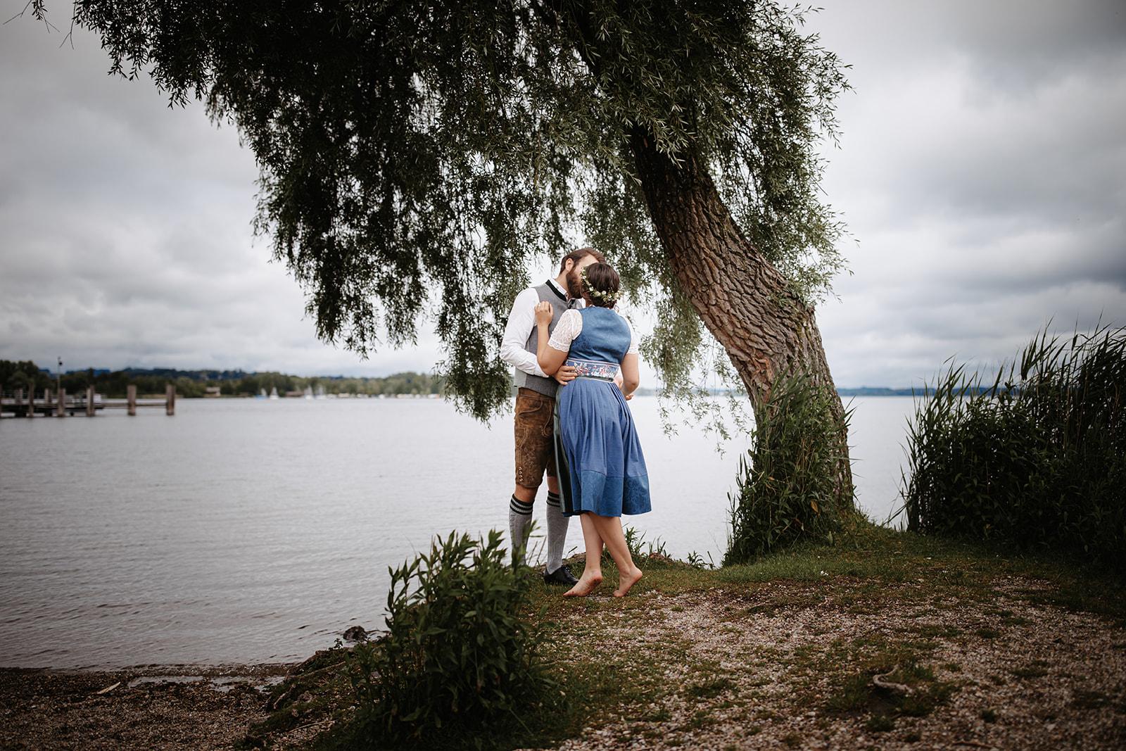 HeimArt Design Papeterie Chiemsee Hochzeit Greenery Wedding Brautpaar Dirndl Lederhose
