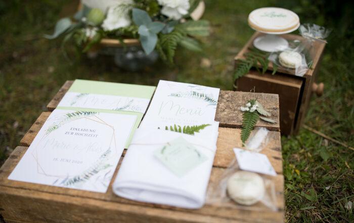 HeimArt Design Papeterie Chiemsee Hochzeit Greenery Wedding Tischdekoration Macaron Teller Menükarten Tischkarten Gastgeschenke